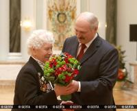 Лукашенко в преддверии 70-летия Великой Победы вручил госнаграды заслуженным людям Беларуси