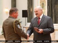Президент Беларуси Александр Лукашенко в преддверии главного государственного праздника - Дня Независимости - вручил государственные награды военнослужащим