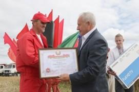 В Витебской области впервые на уборке рапса появился комбайнер-тысячник (31.07.2020)