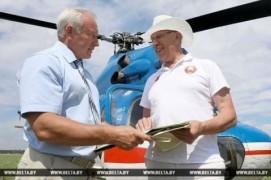 Николай Шерстнёв на вертолете проинспектировал ход уборочной на Витебщине